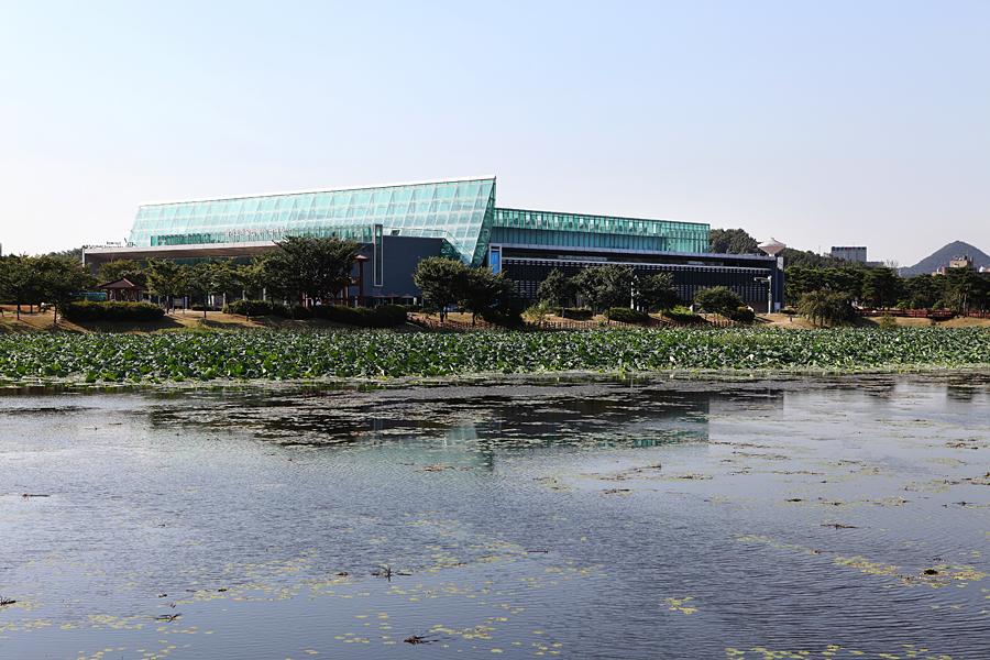 경기도미술관 외관-호수쪽